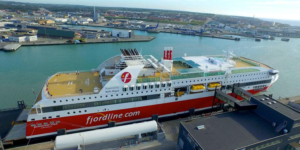 Fjord Lines cruisefærge MS Bergensfjord lægger til kaj i Hirtshals.