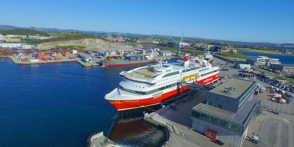 Fjord Line's cruiseferry MS Stavangerfjord doet Risavika haven aan, even buiten Stavanger.