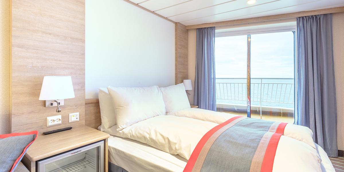 Flotte kahytter med plads til 1-4 personer. Her får du en fantastisk udsigt med vinduer fra gulv til loft - over broen forrest på skibet.