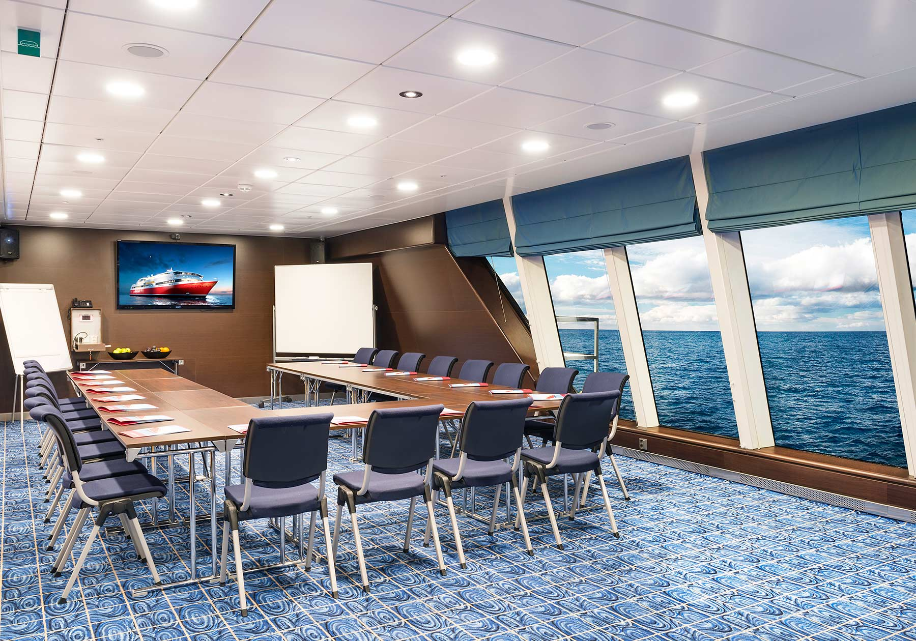 Horseshoe-shaped meeting rooms with modern facilities and sea views.