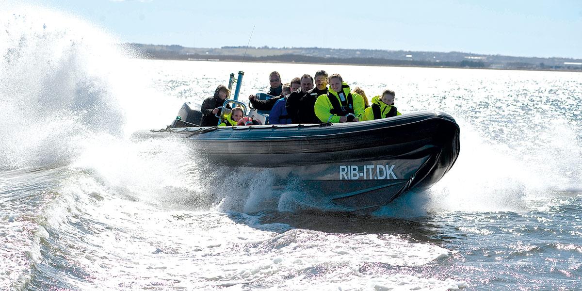 Er du klar for å fly i full fart på åpent og brusende hav, så er en rib-tur fra Aalborg havn definitivt noe for deg.