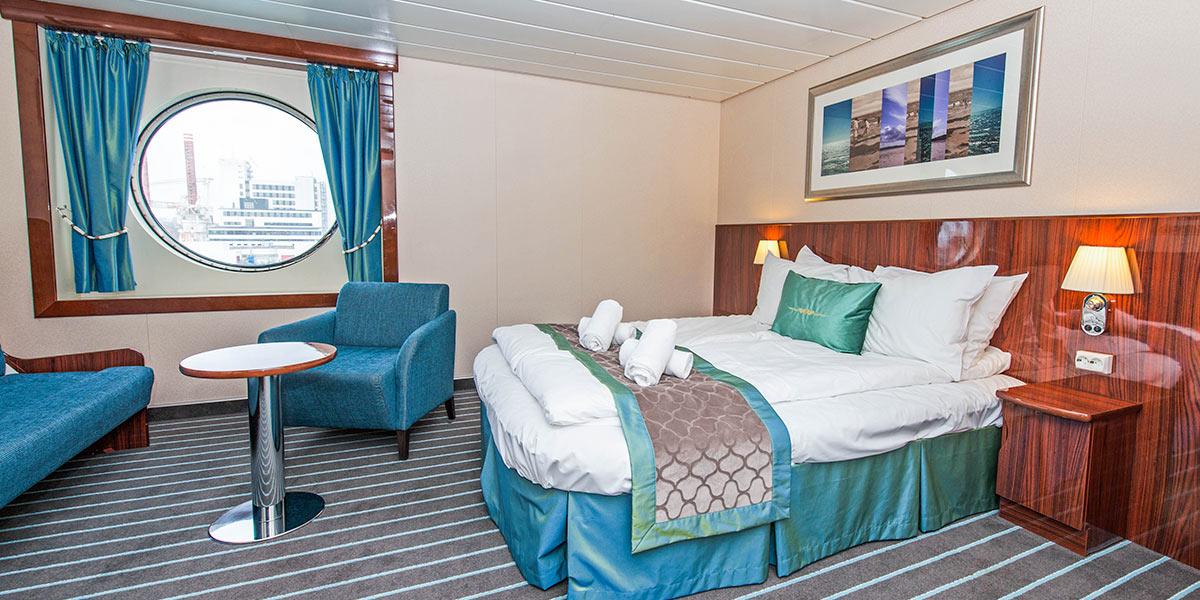Våre største Deluxe-lugarer, med plass til 1–3 personer, har dobbeltseng og sovesofa, TV, bad med dusj og WC.