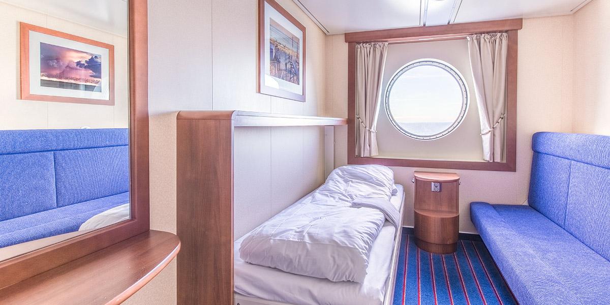 Komfortable kahytter med havudsigt til 1-4 personer. Her findes forskellige kombinationer af seng, sovesofa og udtrækkelige køjesenge.