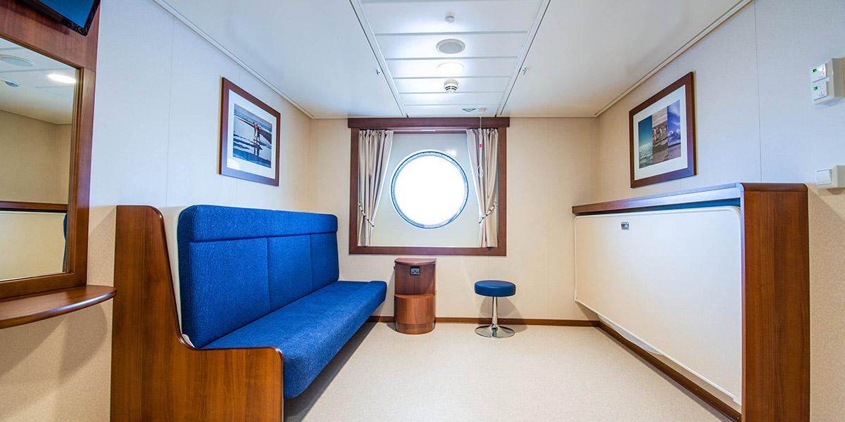 Handikapvenlige kahytter med plads til 1-4 personer. Med automatisk døråbner, to køjesenge, TV og stort badeværelse med brusebad og toilet.