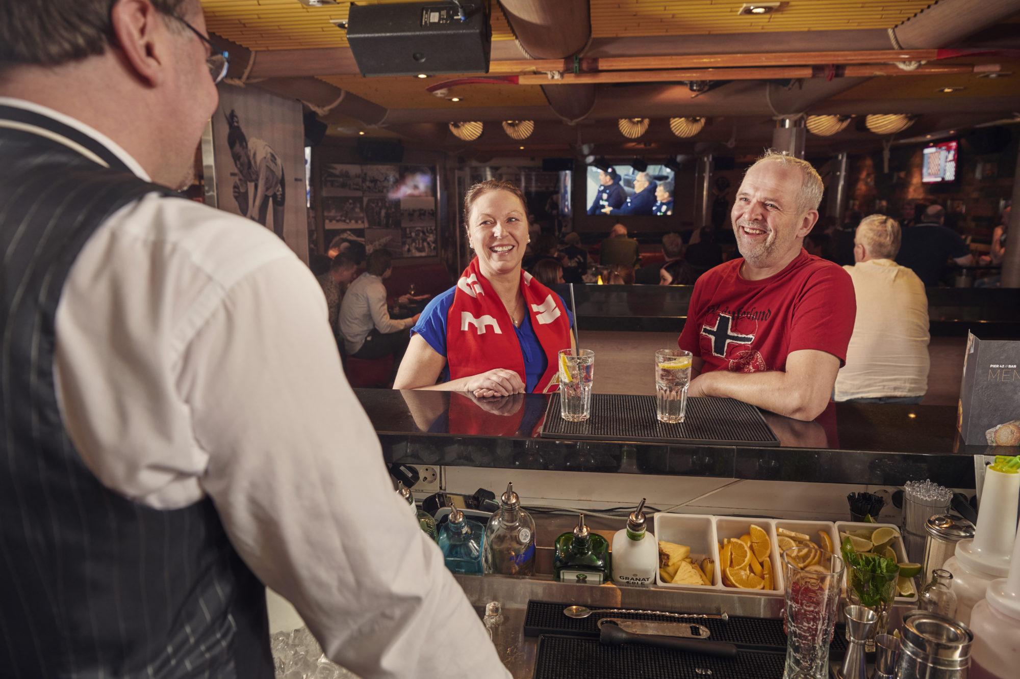 I Fjord Lounge gør vores artister og underholdningsværter deres bedste for at underholde dig og dine rejsevenner.