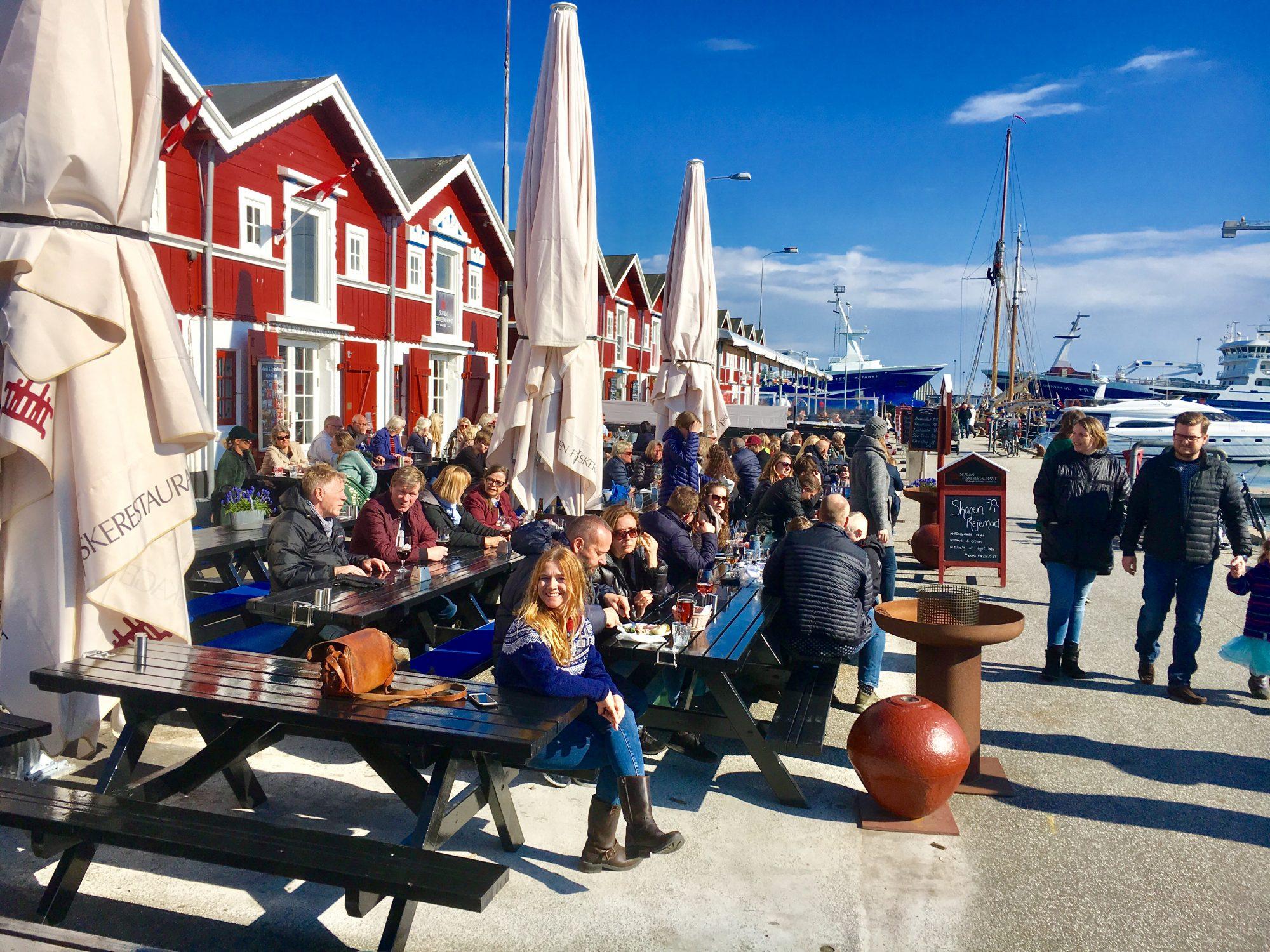 Når våren kommer, våkner bryggerestaurantene virkelig til liv og båtruristene fortøyer i havnen. Hva med et halvt dusin østers, eller kanskje noen ferske reker? Foto: Fjord Line