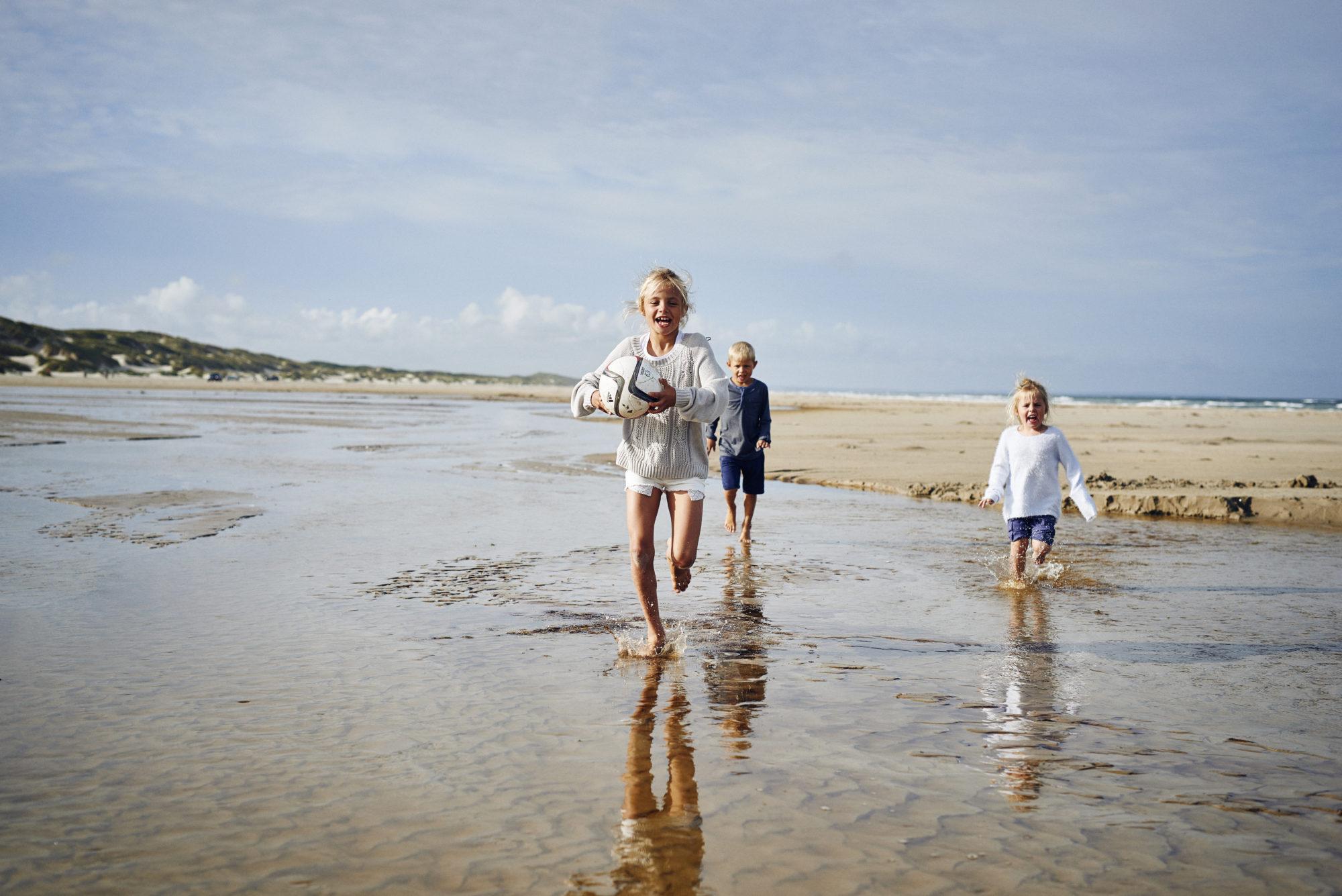 <strong>Glede:</strong> Barn elsker vann og strand. Og barn elsker å være i aktivitet. De danske strendene er som skapt for barnlig utfoldelse. Foto: Visit Denmark/Niclas Jessen