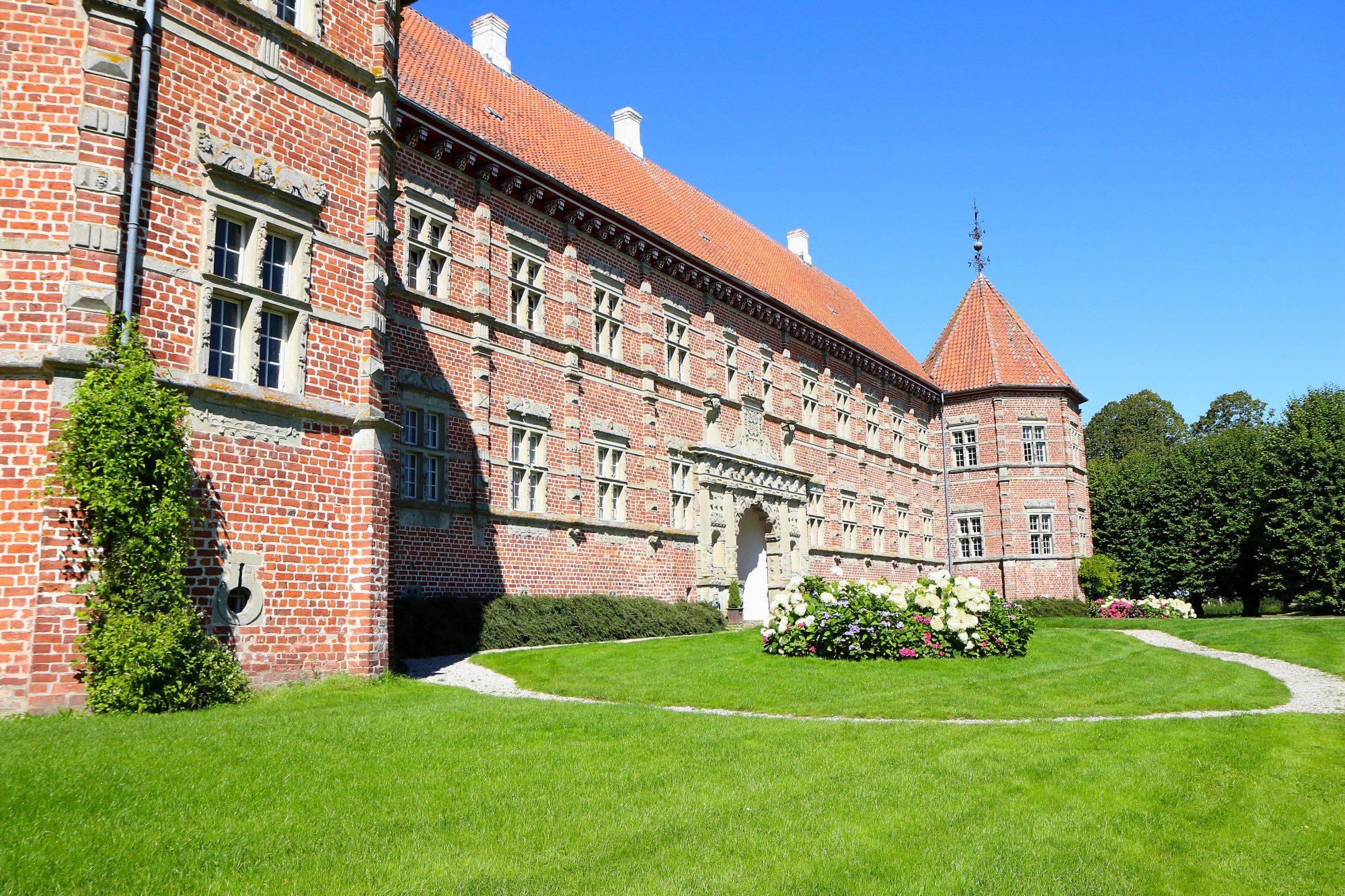 Danmarks største private kunstsamling. Den finner du på fabelaktige Voegaard Slot like nord for Aalborg. Foto: Fjord Line