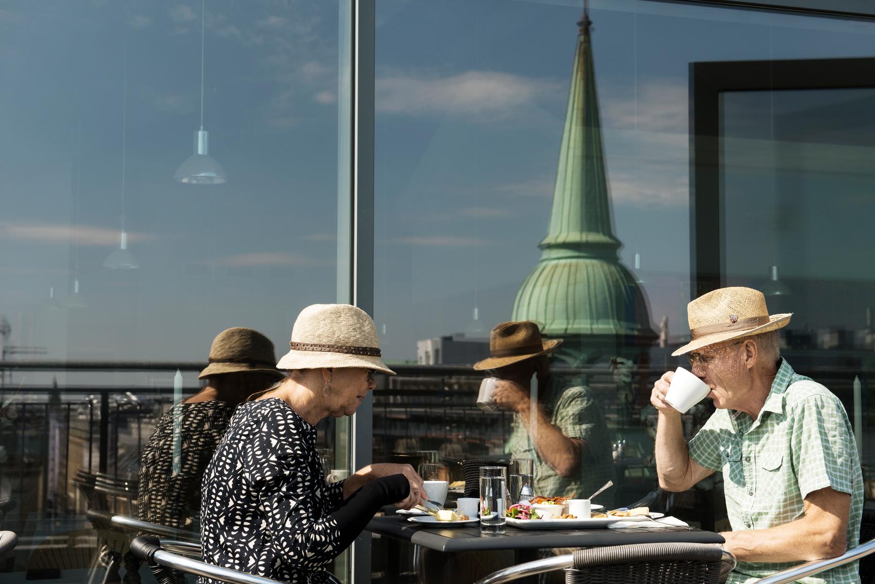 Liv i gatene. I Aalborg er det tett mellom stedene du kan sette deg ned, ta en pust i opplevelsesbakken og bare se på folkelivet. Foto: Visit Denmark