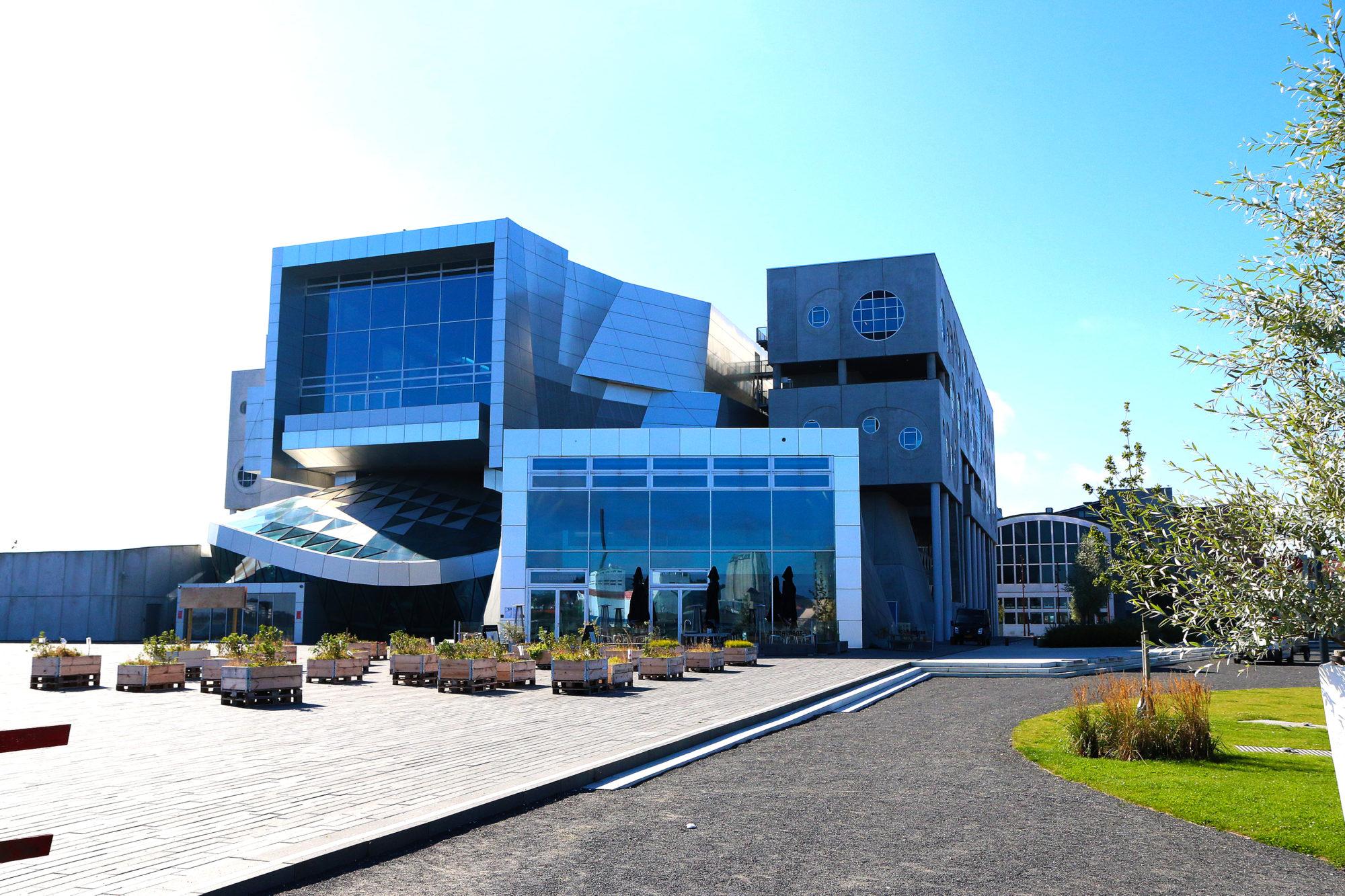 Signalbygg. Ved havnefronten, med utsikt over Limfjorden, ligger Musikkens Hus - det musikalske samlingspunktet og en arkitektonisk perle, tegnet av det anerkjente arkitektfirmaet Coop Himmelb(l)au. Huset består av mer enn 20.000 m2, fordelt på ni plan med bl.a. fire konsertsaler, fem scener, en lekker restaurant, en spennende foajé, samt undervisnings- og administrasjonsfaciliteter. Foto: Fjord Line