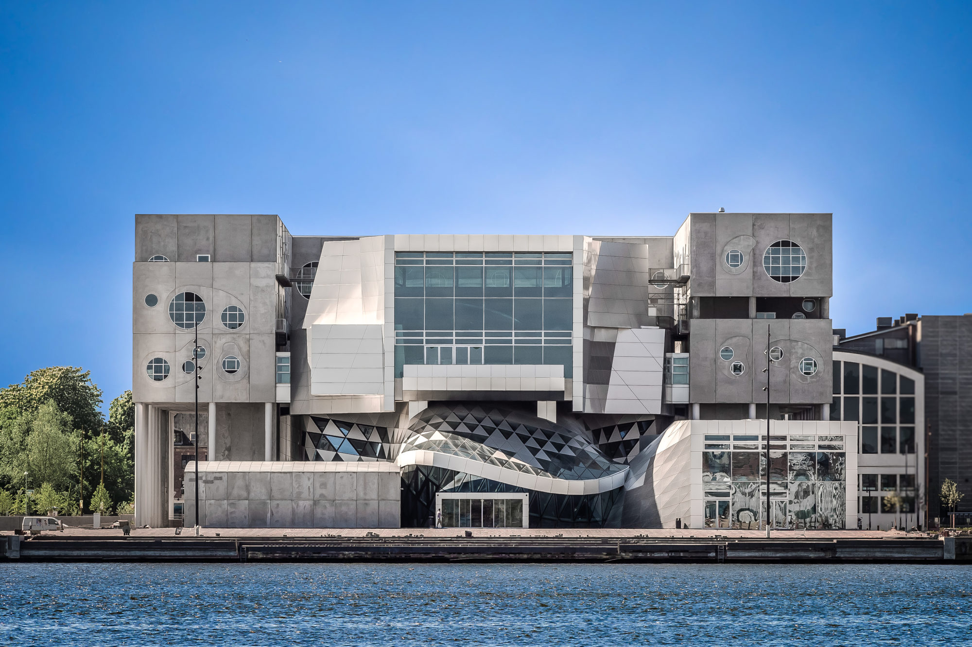 Særegent. Meningene er mange om bygget, slik det gjerne er omkring spesielle bygg. Musikkens Hus er tegnet av det østerrikske arkitektfirmaet COOP HIMMELB(L)AU. Foto: Visit Aalborg.