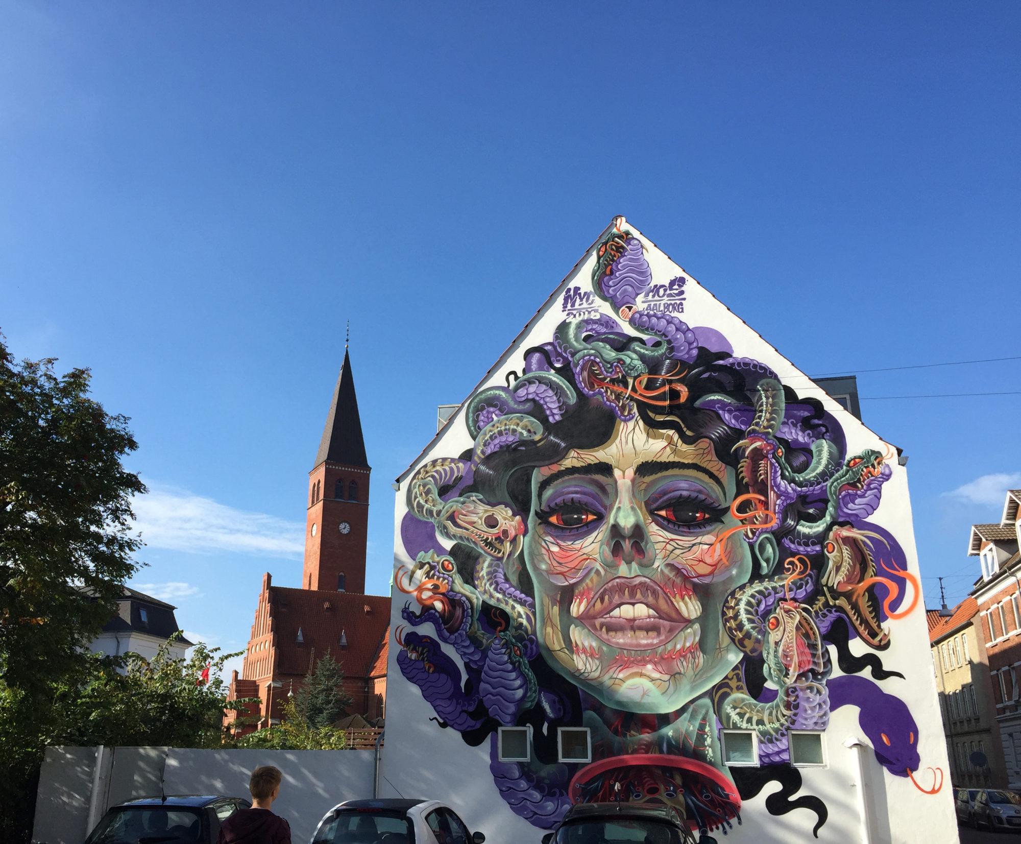 Gatekunst. Denne typen utsmykninger ser du «over alt» i Aalborg. Det er en spennende oppdagelsesferd. Foto: Visit Aalborg