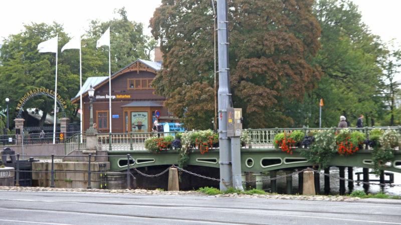 Ved inngangen til Trädgården. Opplevelseshuset ligger meget sentralt til like ved Drottningstorget. Foto: Fjord Line