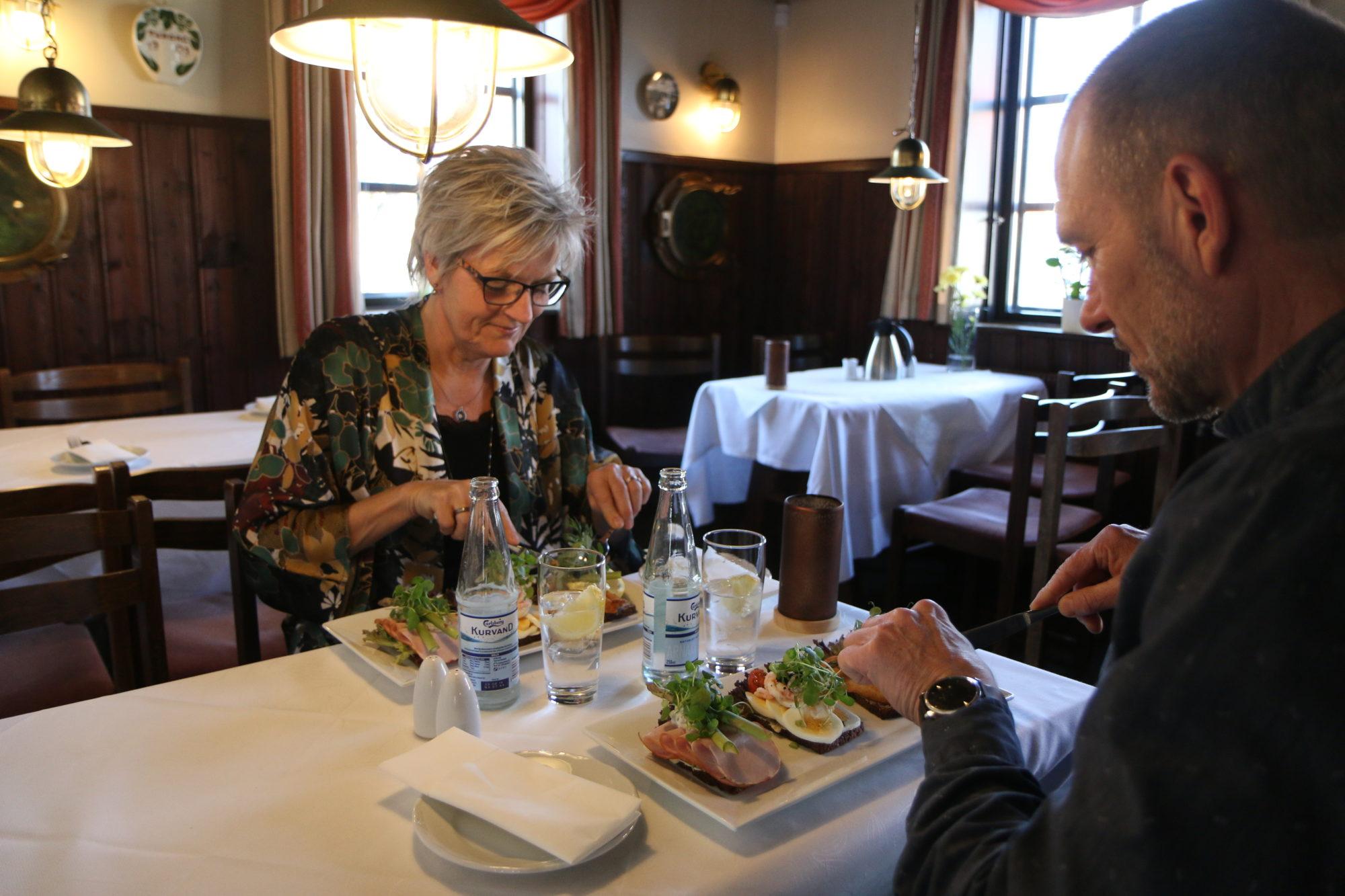 Gitte og Henrik koser seg med høye smørbrød på Aalbæl gamle Kro. Foto: Fjord Line