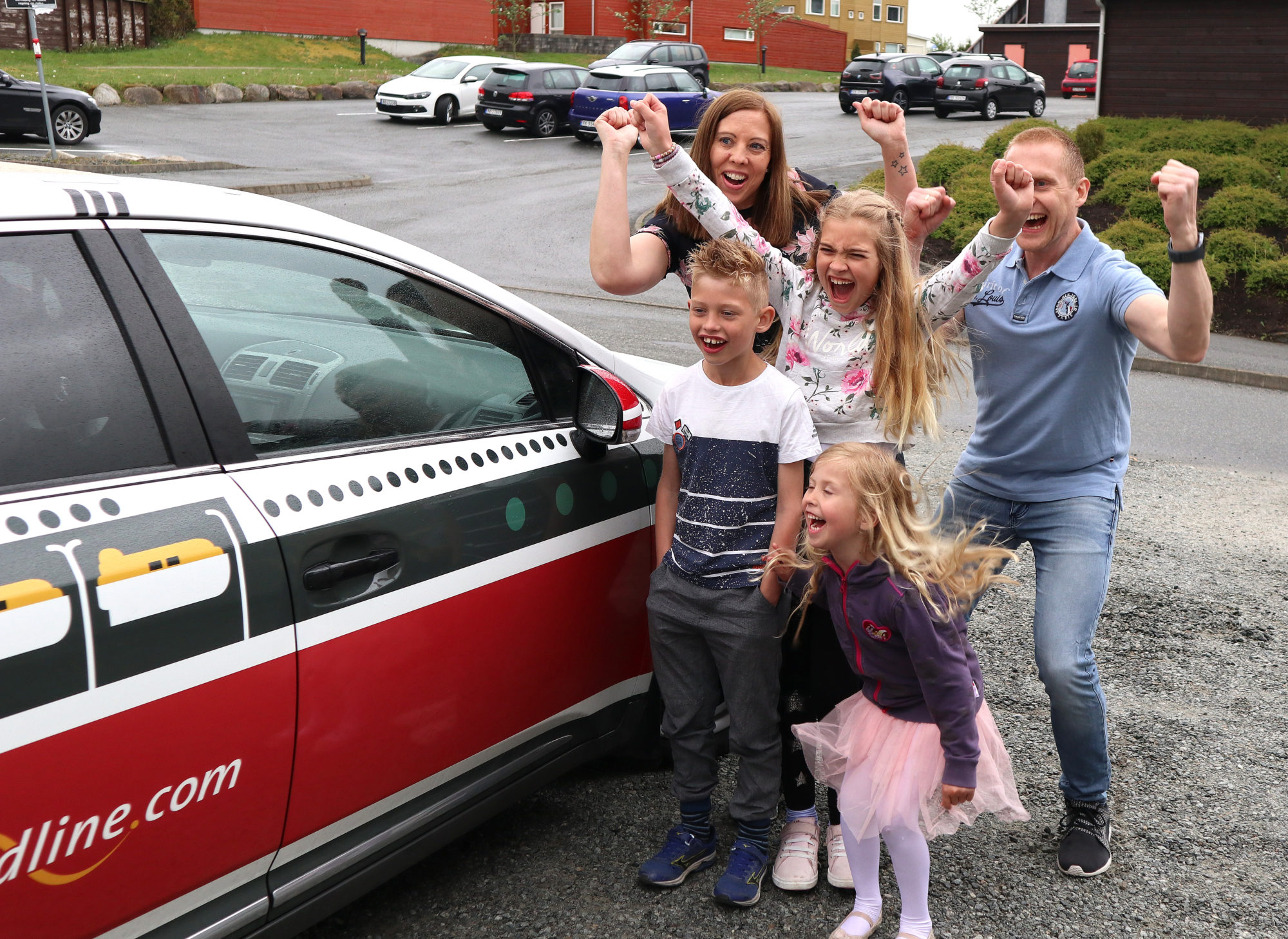 Jubel: Her får familien se bilen, «MS Sommerlykke», for første gang. Foto: Fjord Line