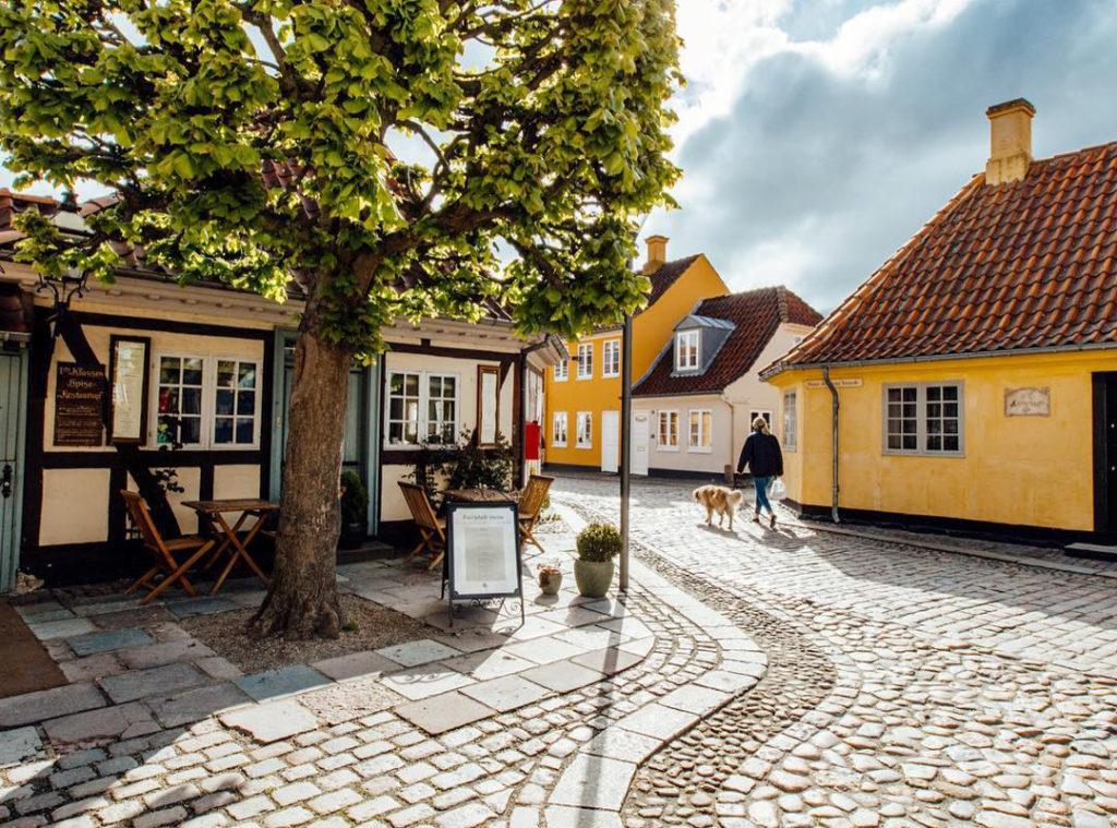 Neida, dette er ikke kulisser. Det er Odense. Her ser vi dikteren H.C. Andersens hus til høyre. Foto: Fjord Line