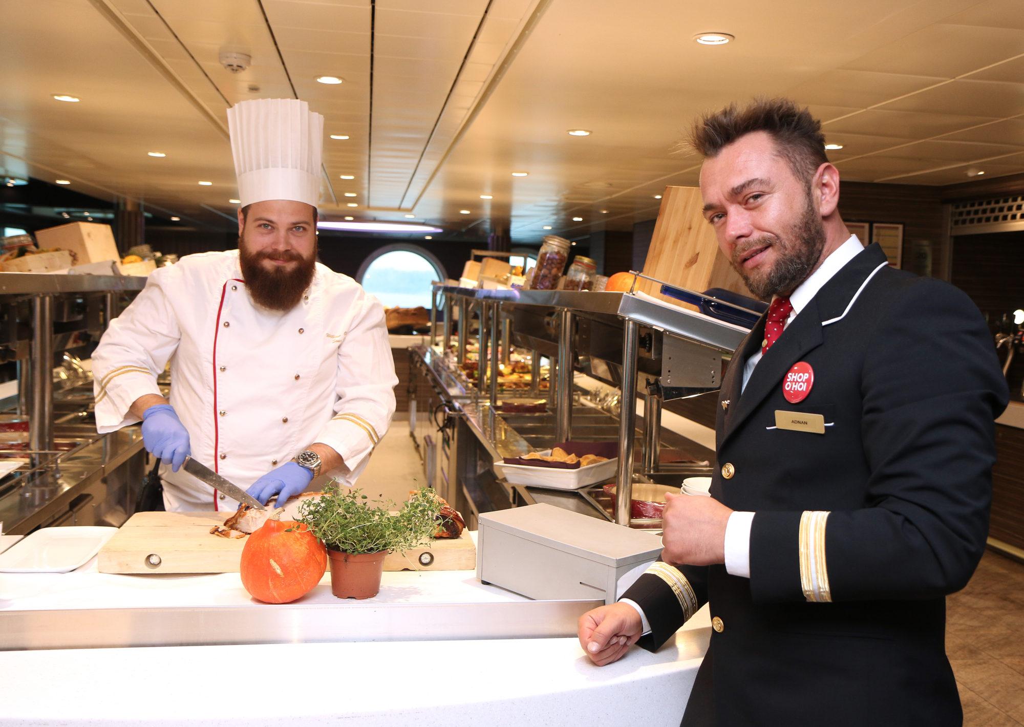 Strålende glade: Kjøkkensjef William og restaurantsjef Ardnan sier at den gode anmeldelsen trigger dem til å bli enda bedre og sikter mot sekseren neste gang. Foto: Fjord Line