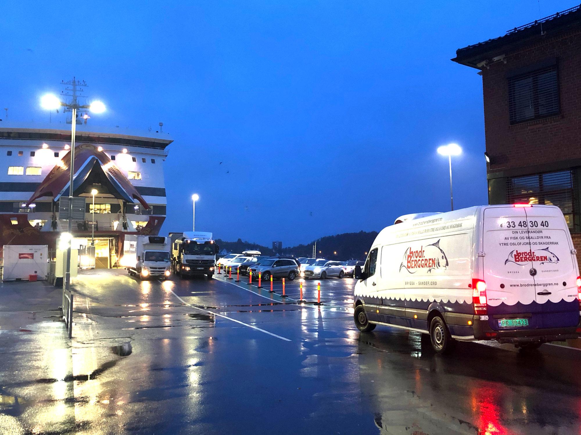 Lokale leverandører: Både grønnsaker og sjømat blir kjørt om bord før første avgang klokken 08.30 om morgenen. Foto: Fjord Line