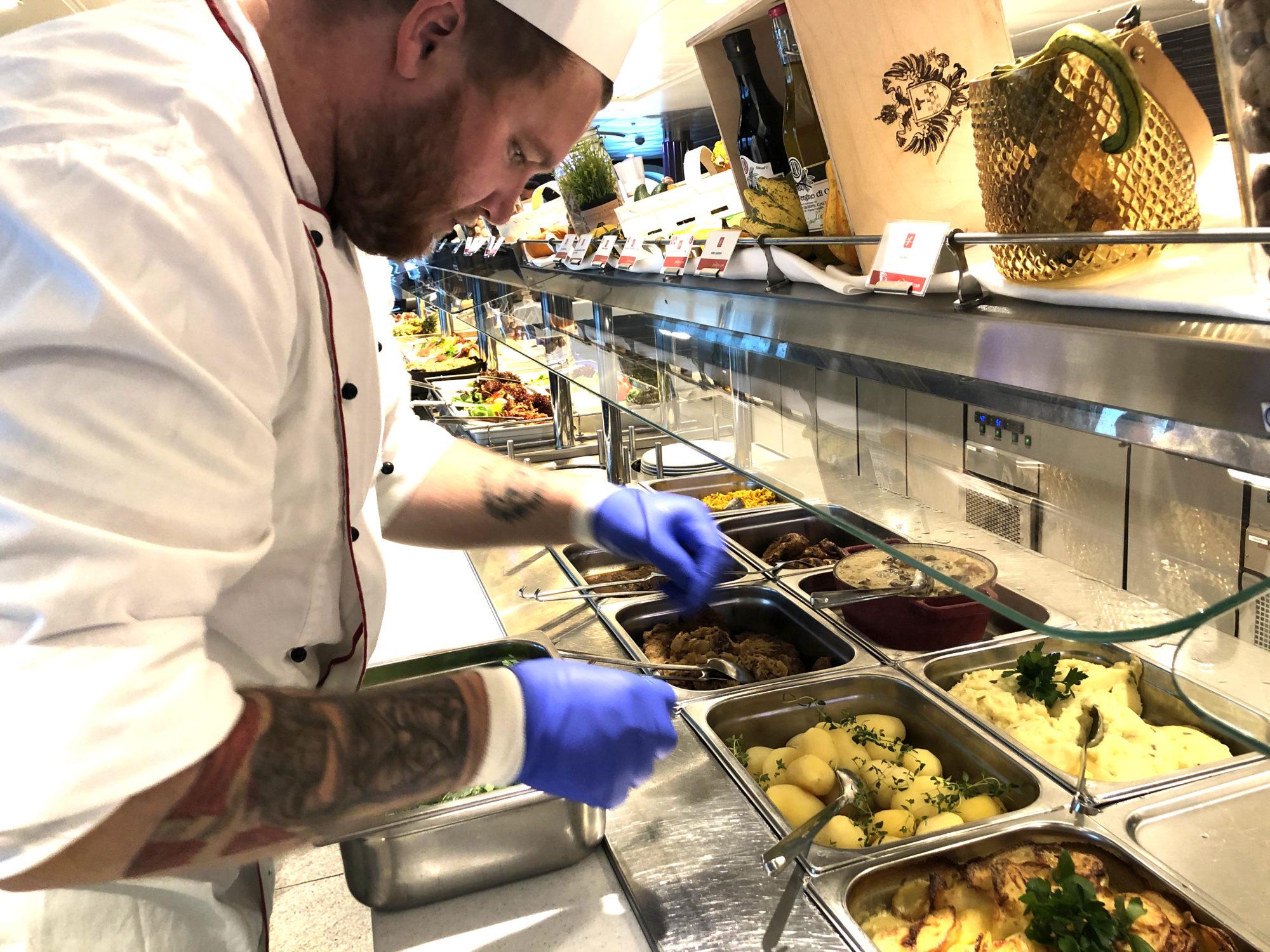Nøye: Kokken Casper er nøye med presentasjonen og her legger han siste finishen med garnityret før gjestene inntar lunsjbuffeten på seilingen fra Sverige. Foto: Fjord Line
