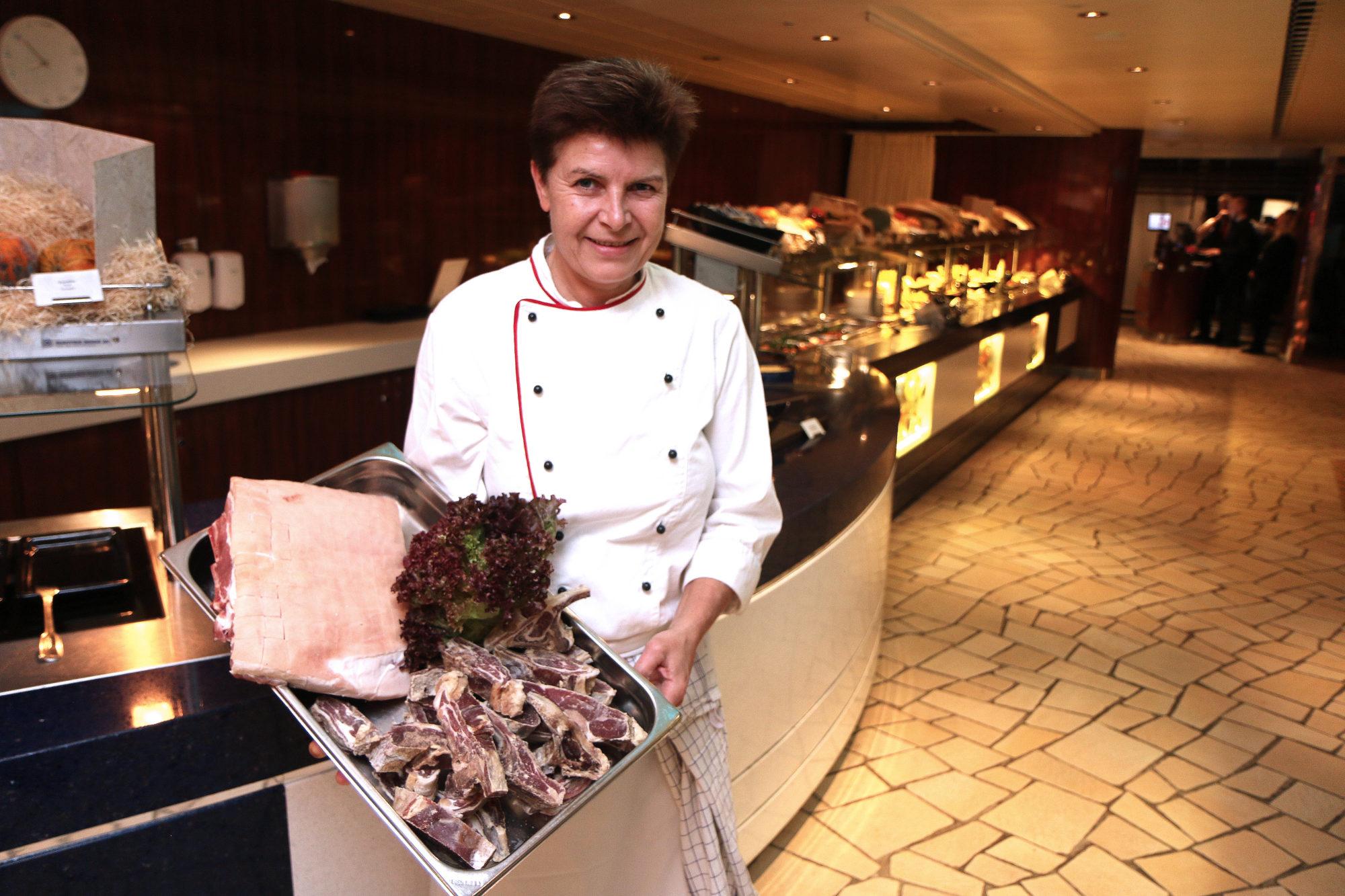 Lisbeth er kjøkkensjef på MS Stavangerfjord. Her viser hun frem kortreiste råvarer av ypperlig kvalitet. Foto: Fjord Line