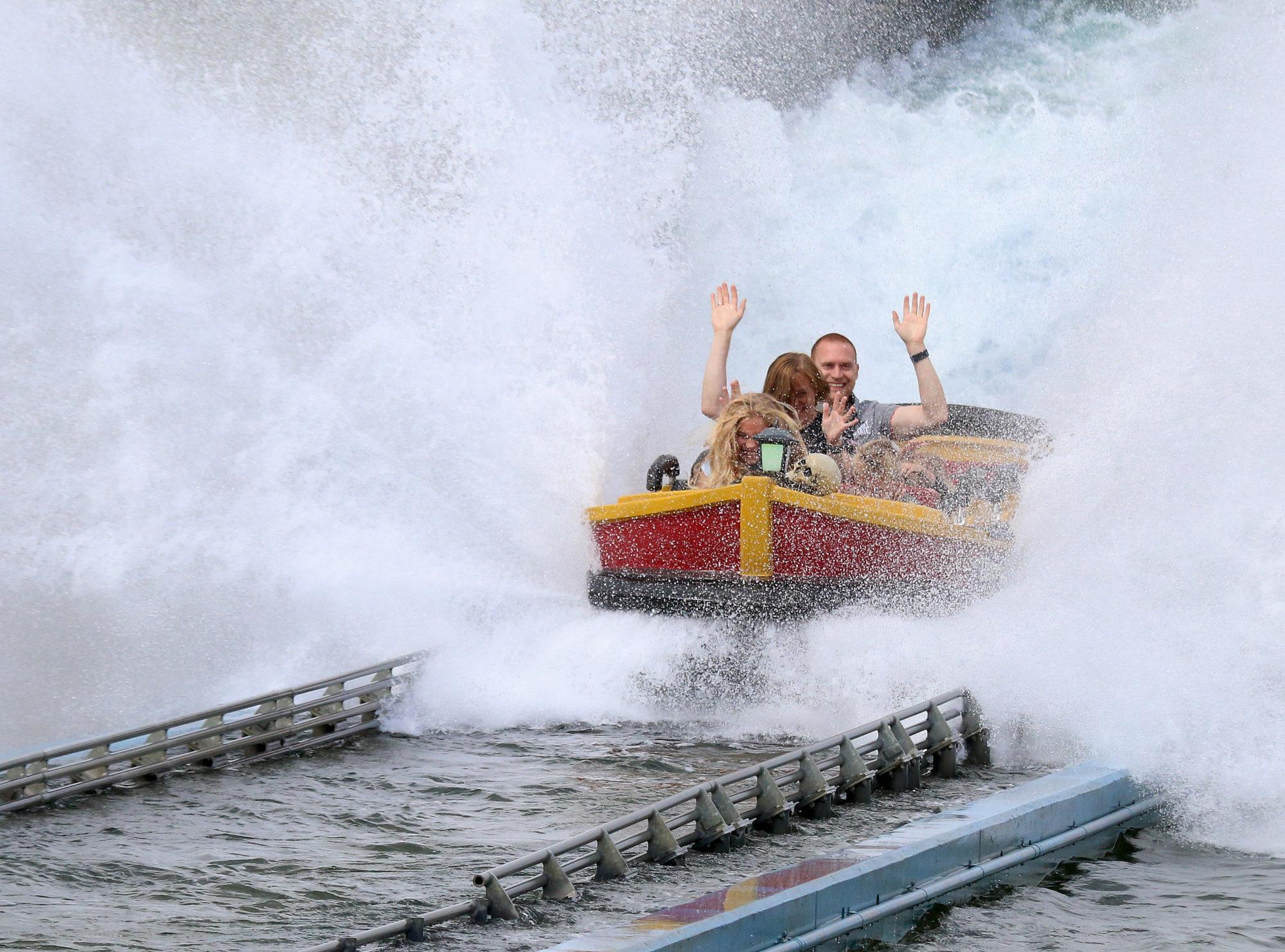 <strong>Famiielykke:</strong> På de aller felste attraksjonene i Djuts Sommerland, kan hele familien være med å more seg. Som her i «Skatteøen», som er Nord-Europas største Water Coaster. Foto: Fjord Line