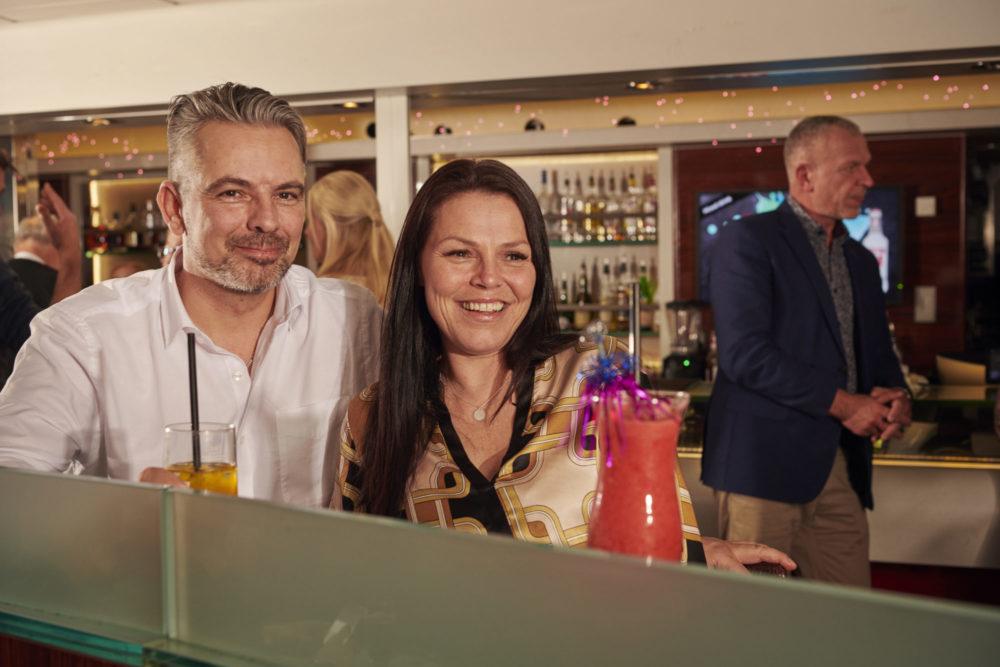 I Fjord Lounge gjør våre artister og underholdningsverter det de kan for å underholde deg og reisefølget ditt.
