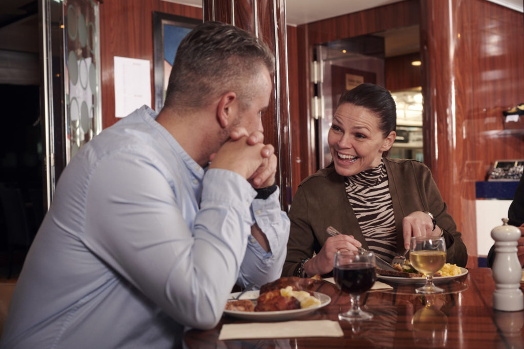 Op de reis van Hirtshals naar Stavanger en Bergen, kunt u van een heerlijke maaltijd genieten in het Commander Buffet-restaurant.