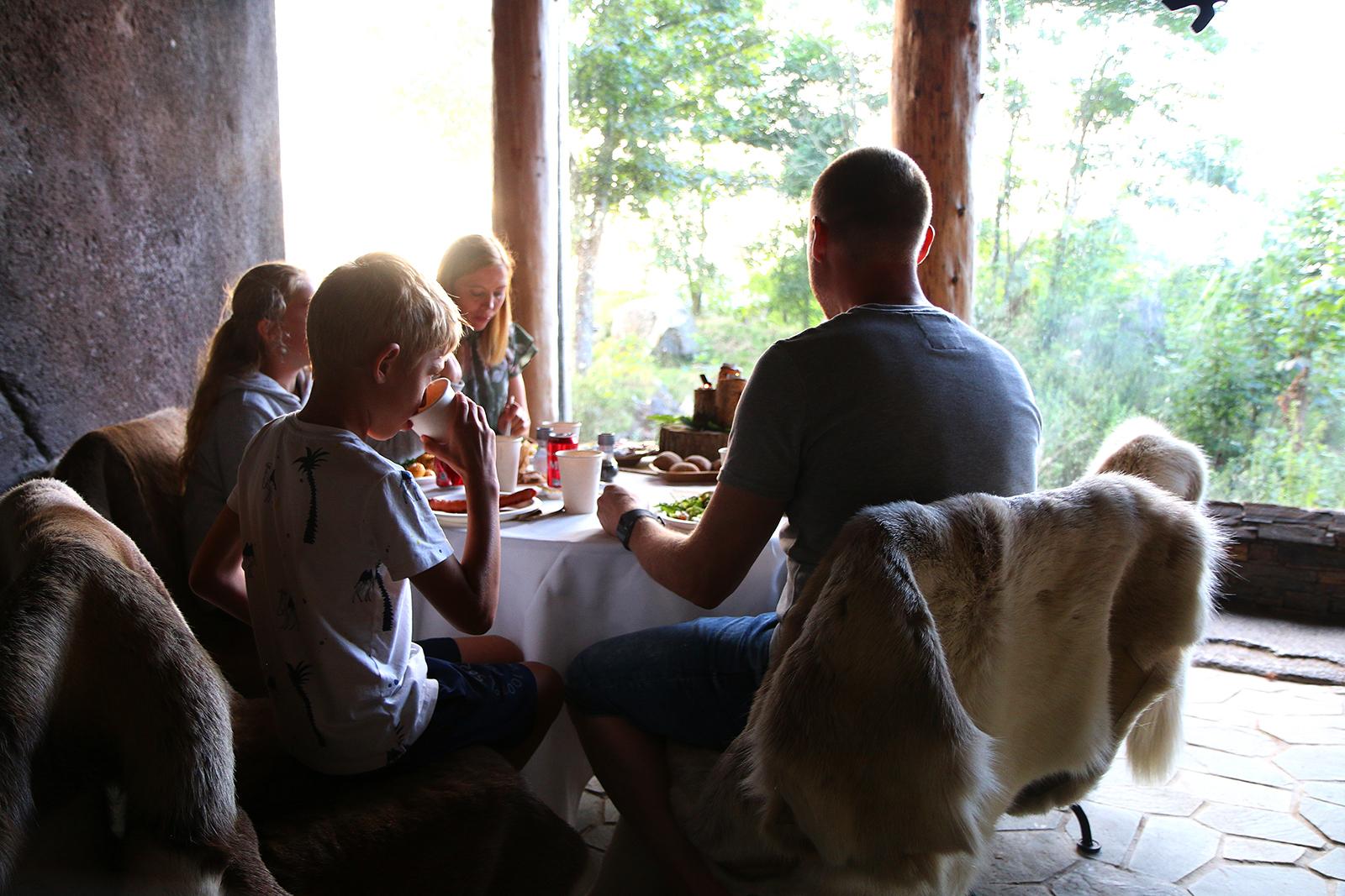Familimiddag: Denne familiemiddagen midt ute i parken med ville løver bare noen centimeter med glass unna, glemmer man ikke med det første. Foto: Fjord Line