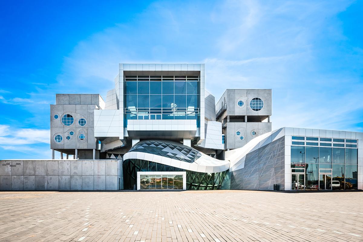 Arkitektur: Er man interessert i arkitektur, er Aalborg et spennende reisemål. Musikkens Hus nede på den revitaliserte havnefronten er bare ett av mange eksempler på dette.