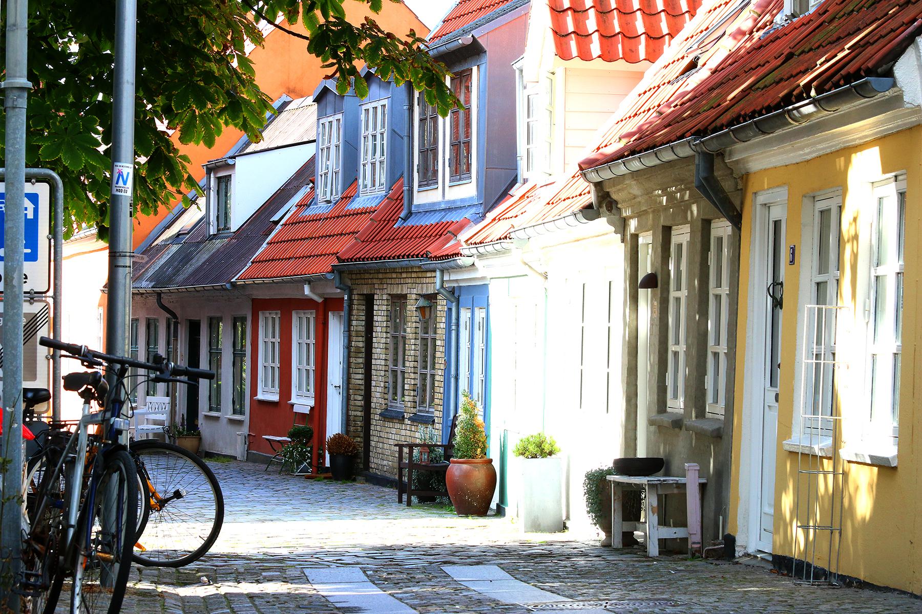 <strong>Pittoresk:</strong> Aalborg har mange trange gater med fargerike hus og sjarmerende brostein. Foto: Fjord Line