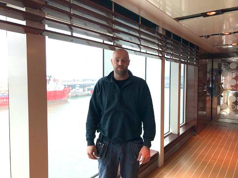 Altmuligmand: Gunder arbejder til dagligt i maskinen, men i disse dage træder han til overalt. Han ses her på dæk 7 udenfor et lukket «Commander Buffet». Foto: Lina Lägel Pedersen/Fjord Line