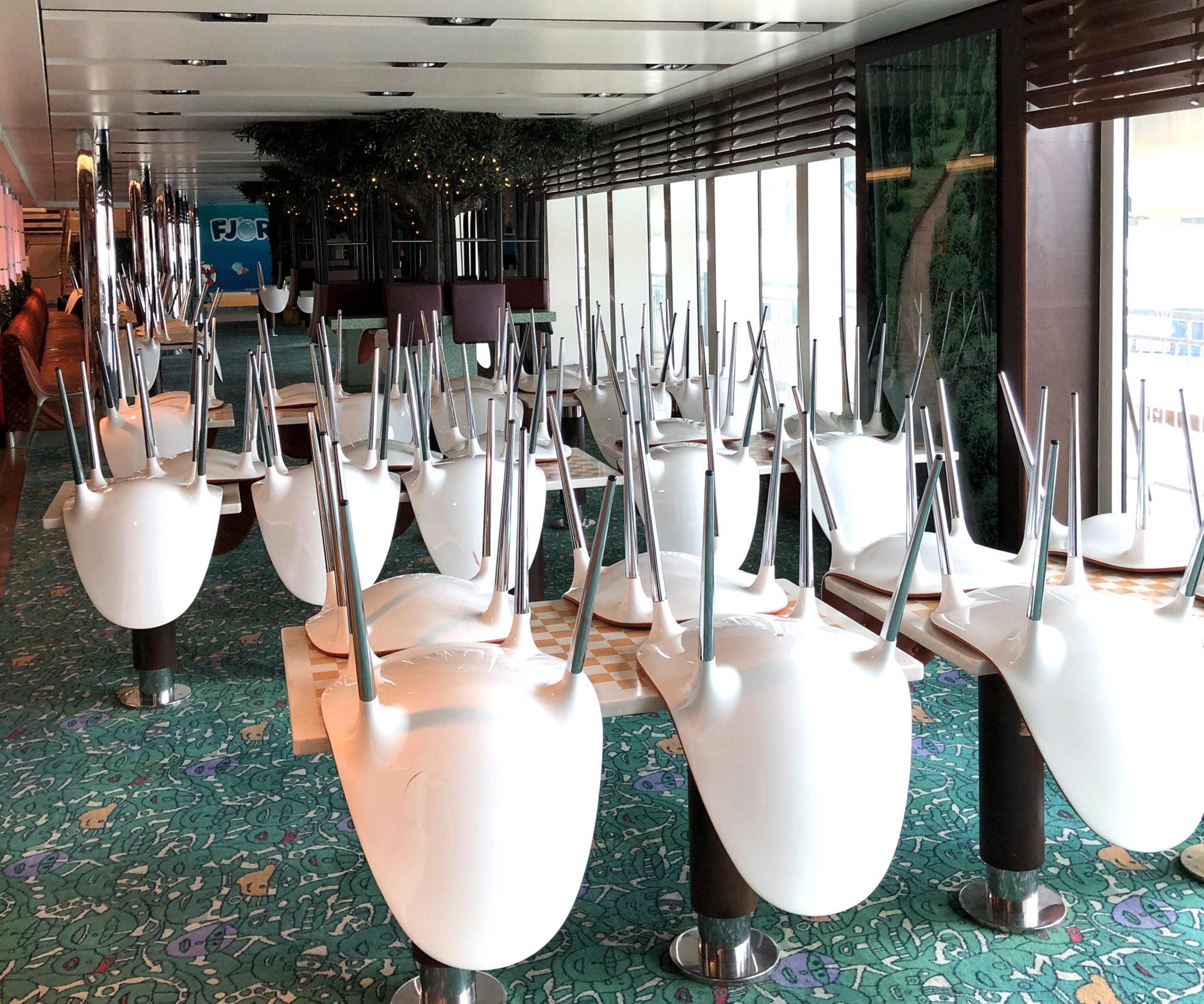 Mange stole, men ingen gæster. Det minder om et spøgelsesskib om bord på MS Bergensfjord. Lina Lägel Pedersen/Fjord LIne