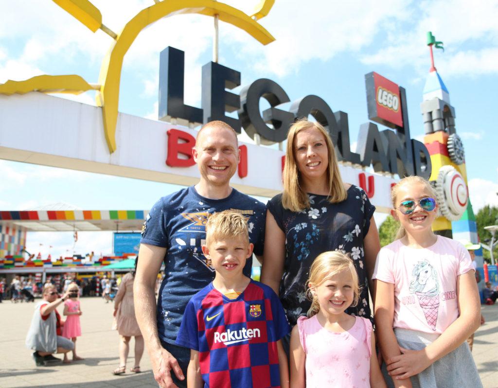 utenfor hovedporten til Legoland sommeren 2019