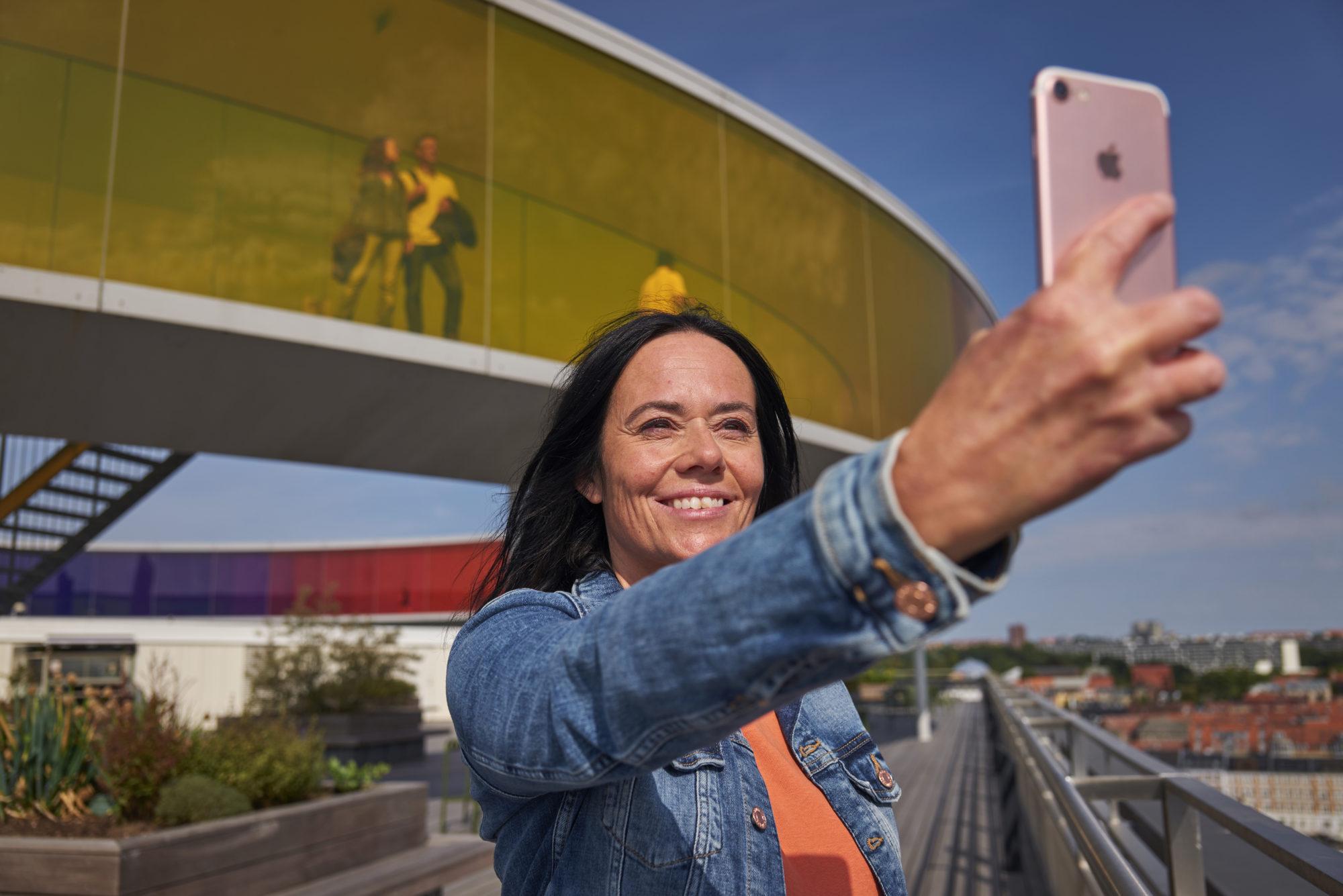 Tett på kunsten. På toppen. av ARoS, finner du Olafur Eliassons «Your rainbow panorama», et spektakulært kunstverk som du faktisk kan spasere gjennom. Foto: Fjord Line/M. Wanvik