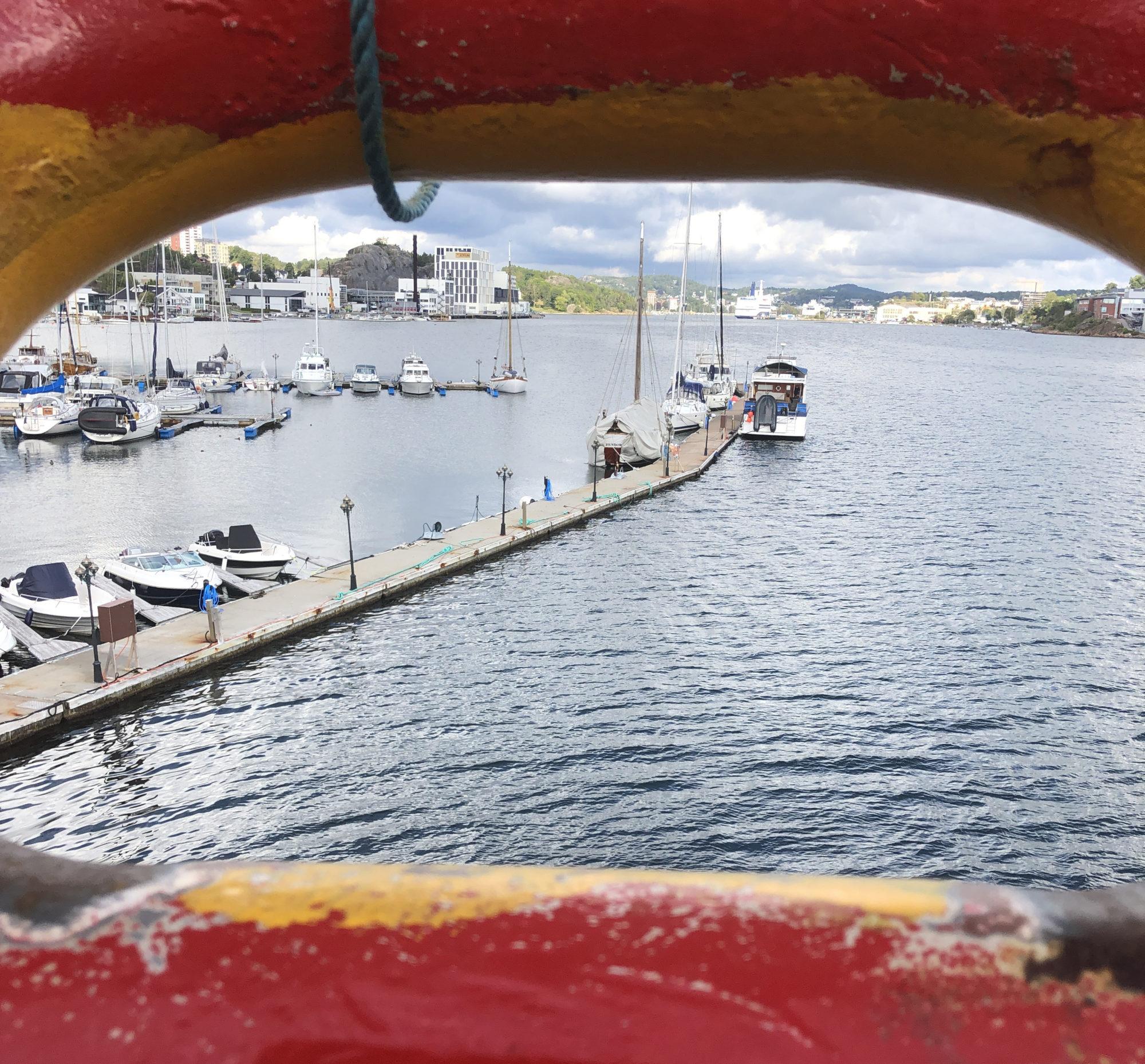 <strong>Bare se, ikke røre seg.</strong> Utsikten fra baugen inn til Sandefjord sentrum. Dit kan de seile rundt én gang i måneden på dispensasjon. De må inn for å tømme skipets septiktanker. Foto: Fjord Line