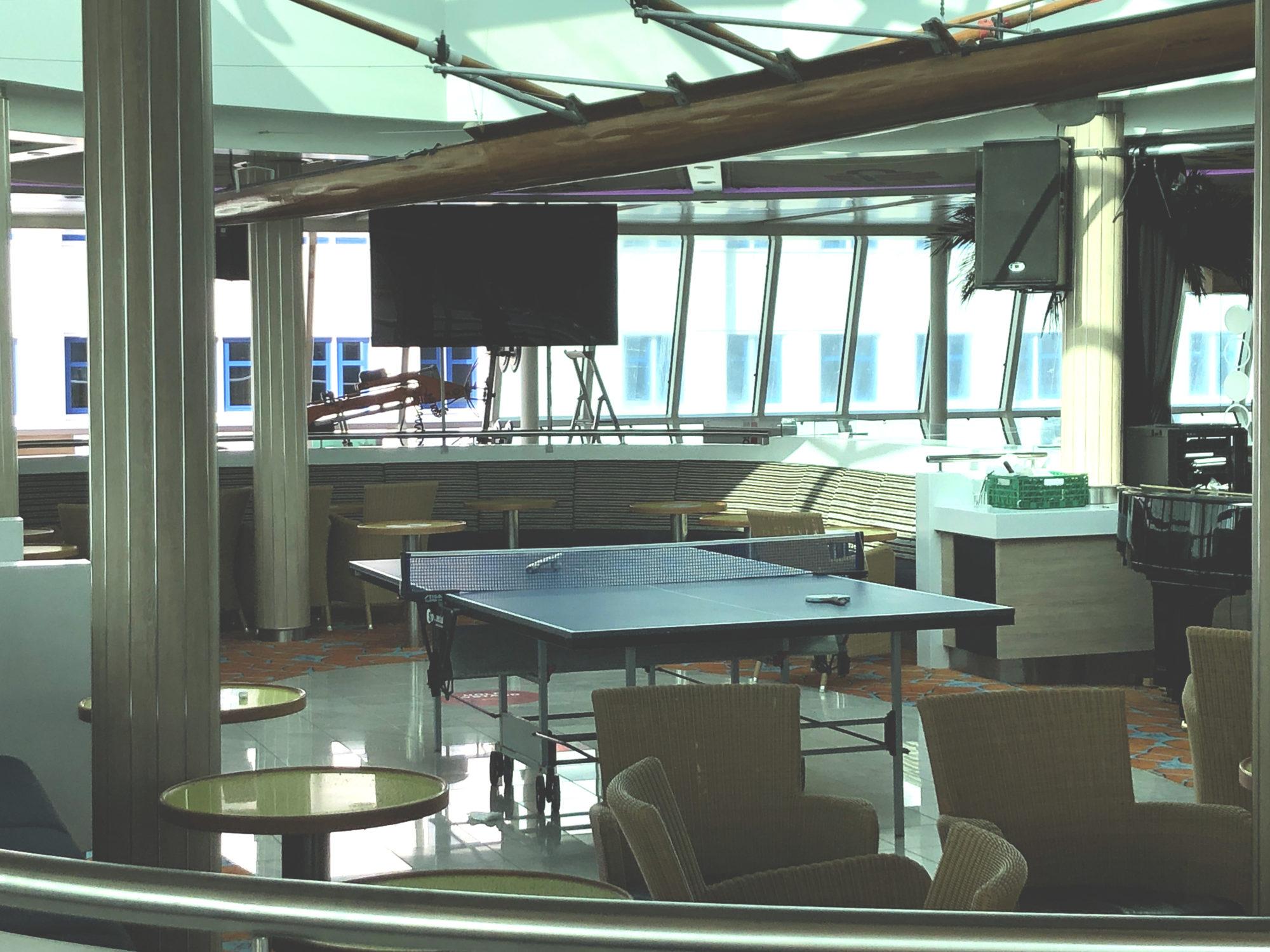 Ingen dans. På dansegulvet helt akter, har mannskapet rigget opp det bordtennisbord. Foto: Fjord Line