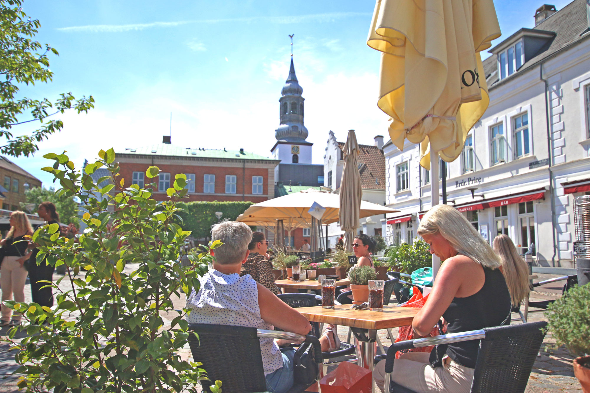 Gammeltorv. Det gamle torvet i Aalborg er et soleklart sted å sette seg ned for en forfriskning. Foto: Fjord Line