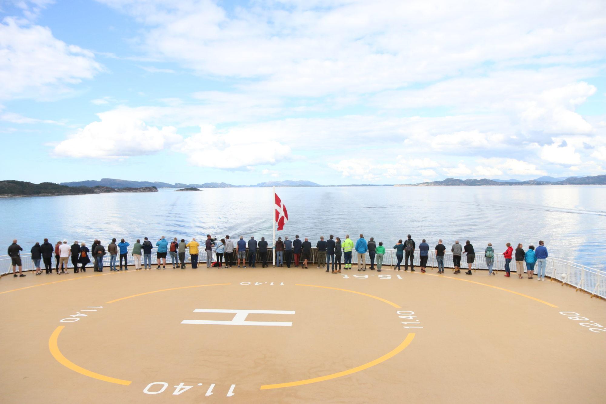 Etter hvert samlet det seg nysgjerrige passasjerer akter på skipet som forsøkte å finne ut hva som foregikk. Foto: Fjord Line