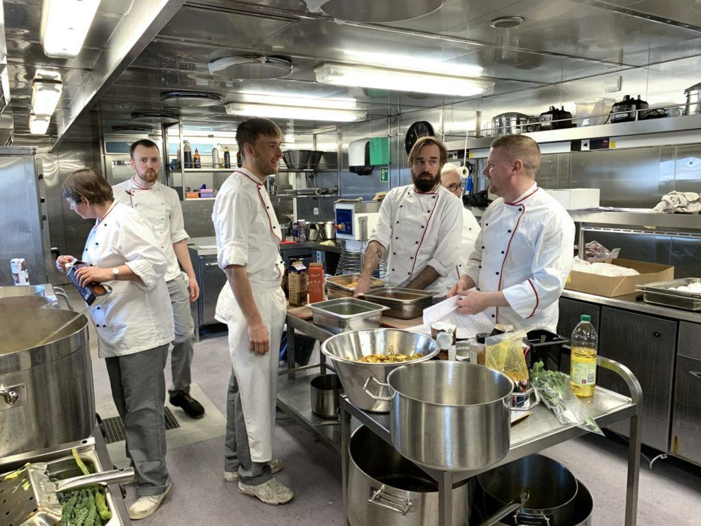 Mange kokke, kun lidt rod: Michael Christoffer Ek (til højre) og hans folk i kabyssen. Foto: Fjord Line