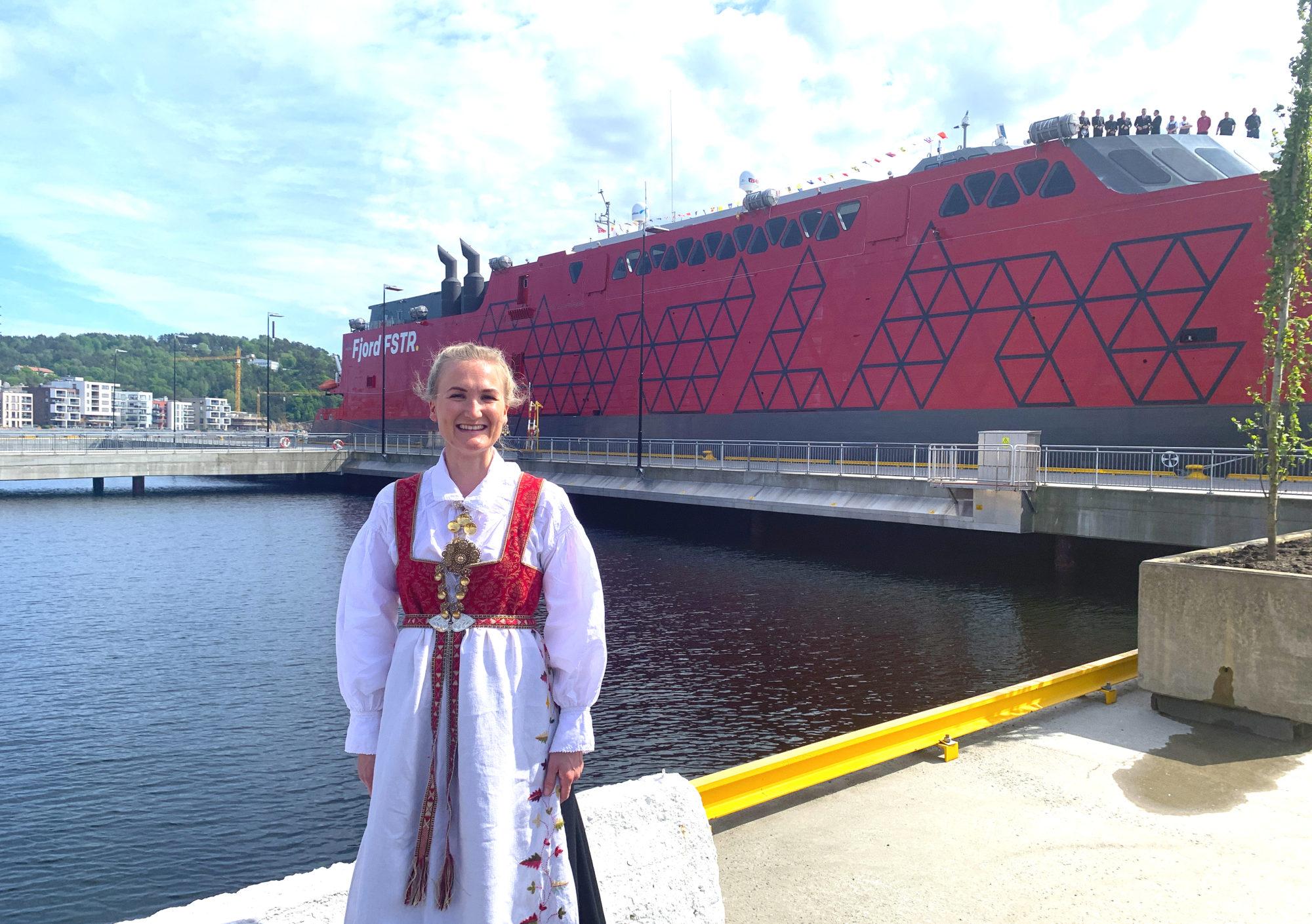 Marte poserer stolt foran Fjord FSTR Kristiansand 5. juni. Foto: Fjord Line