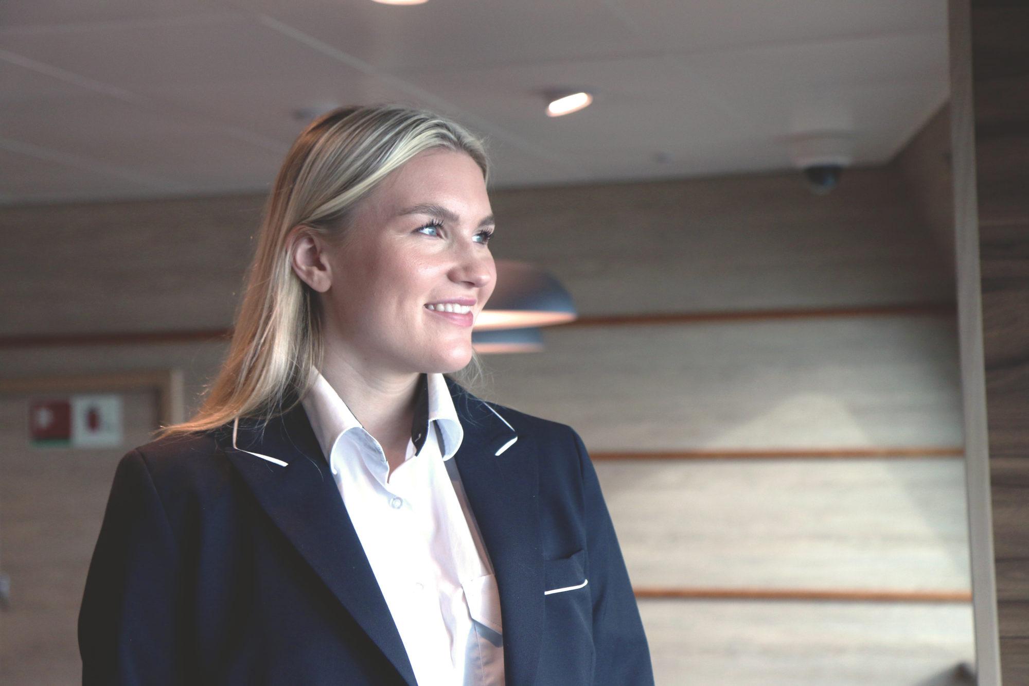 Målrettet ung dame: Tina har nådd sitt foreløpige mål om å bli styrmann. Hvor det ender vet 22-åringen ikke. Foto: Fjord Line